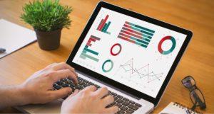 Ordinateur avec des graphiques Excel